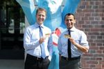 Berlin Heart Geschäftsführer zeigen ihre Organspendeausweise